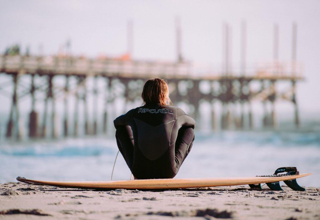 surfer-uebt-sich-in-geduld