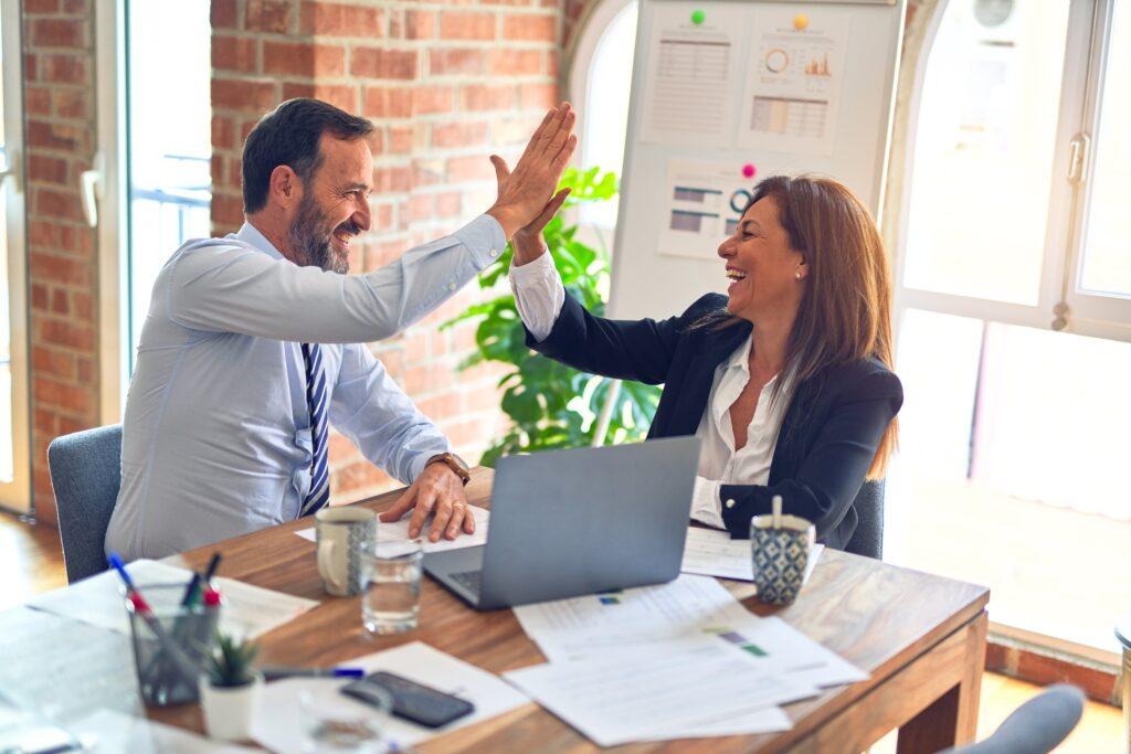 business Kontakte geben high five
